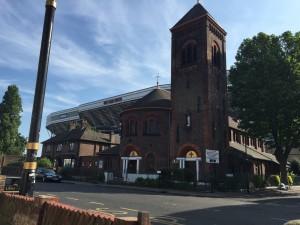 Ob sie wohl in der Kirche für den Fußballverein beten?